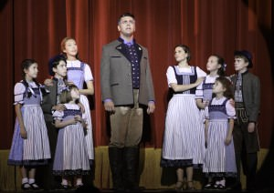 Burke Moses (Captain von Trapp), Elicia MacKenzie (Maria) et les enfants Von Trapp dans la production torontoise de <i>The Sound of Music</i> © Cylla von Tiedemann