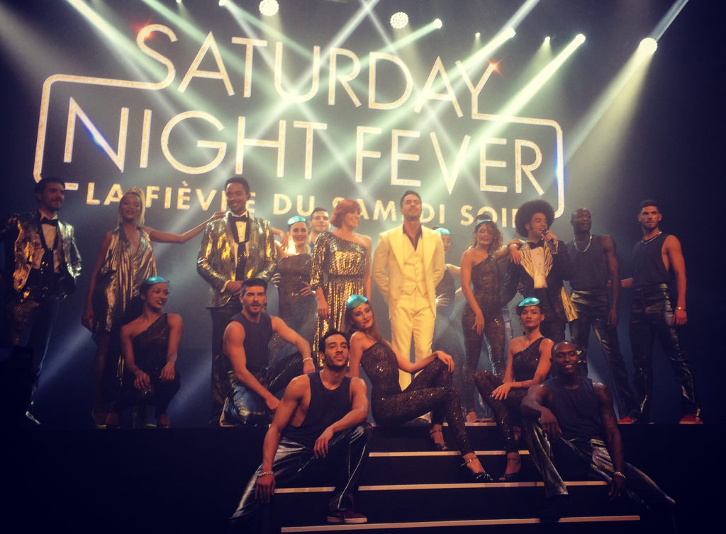 La troupe de  Saturday Night Fever (c) Regard en Coulisse
